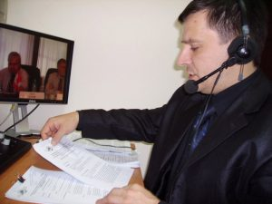 Синхронният превод бива превод по слух, превод от лист, четене от лист, шушутаж