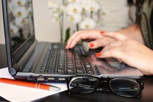 Електронните речници са книжни речници в компютър